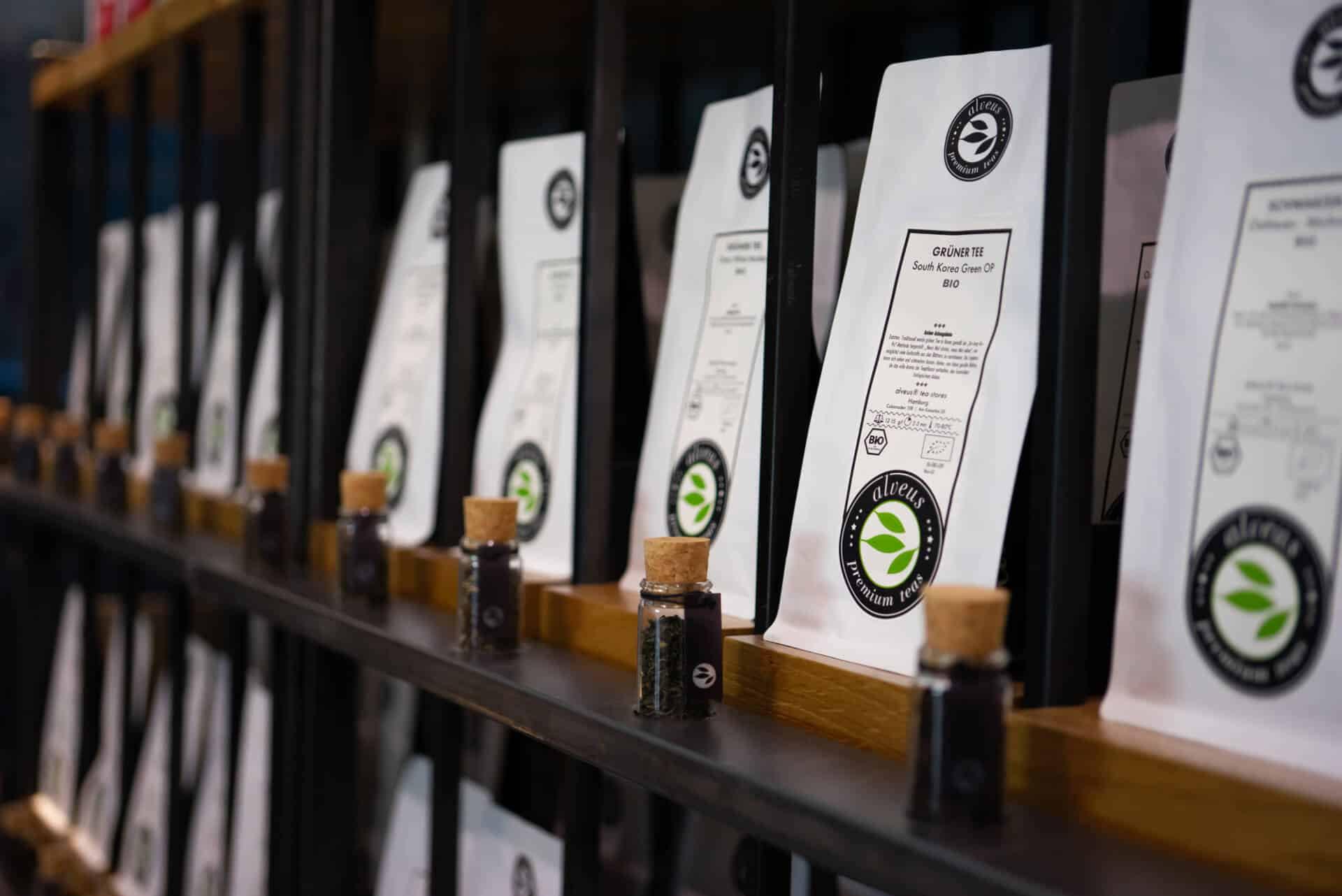 Tee-Verkaufs-Regal mit Tester-Gläsern zum Riechen und Sehen des Tees perfektes design von Lange Architekten aus schwarzem Stahl und Eichenholz im im alveus Bio Tea-Store in der HafenCity Hamburg unweit der Elbphilharmonie