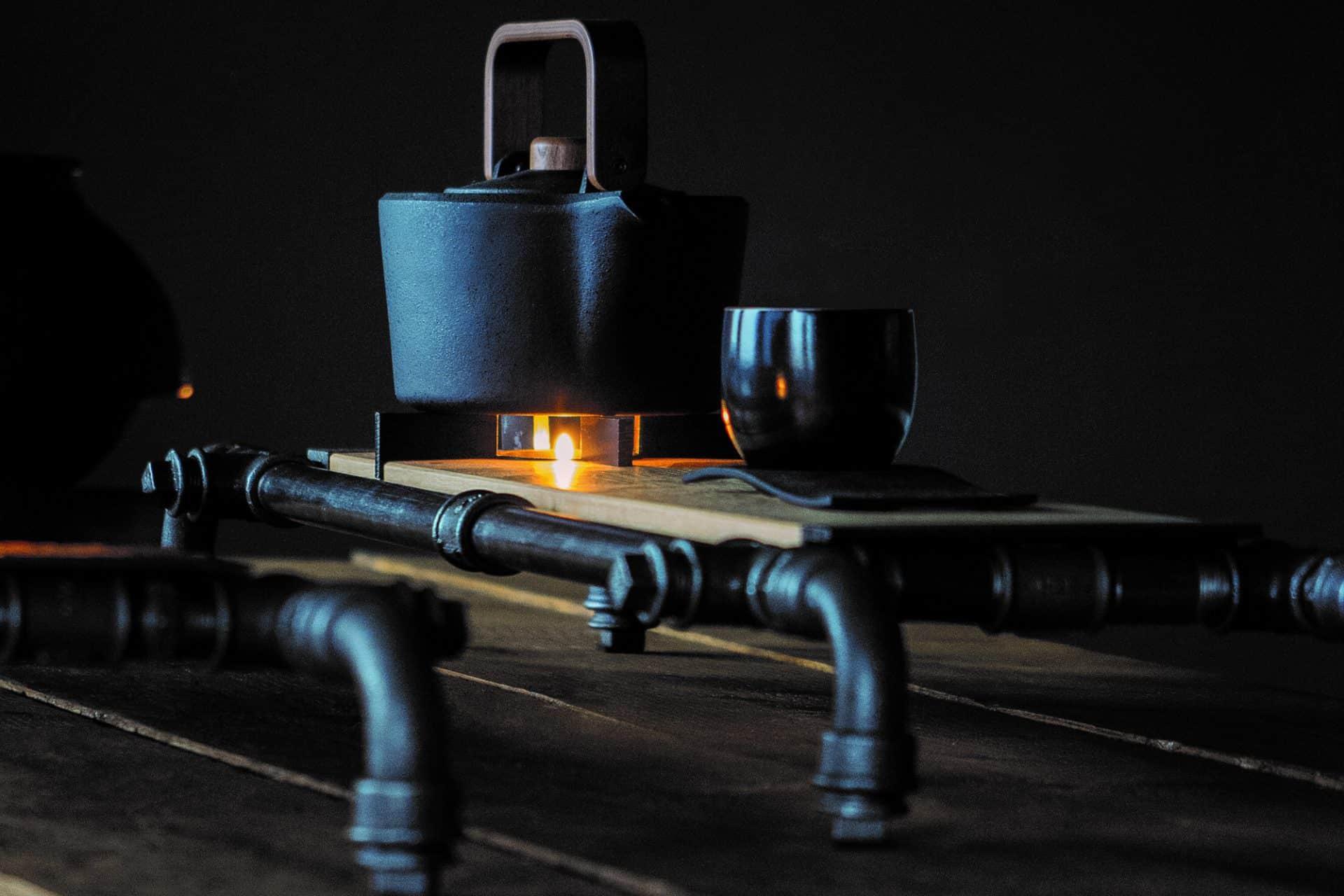 Cha-Board mit Stövchen und Kanne Teebecher und Untersetzer von Cushin Kobo Masuda für die perfekte Tee-Zeremonie und Genuss hochwertigster und teurer Tee-Raritäten aus schwarzem Stahl und altem Eichenholz im Wabi-Sabi Stil designed von Lange Architekten für alveus