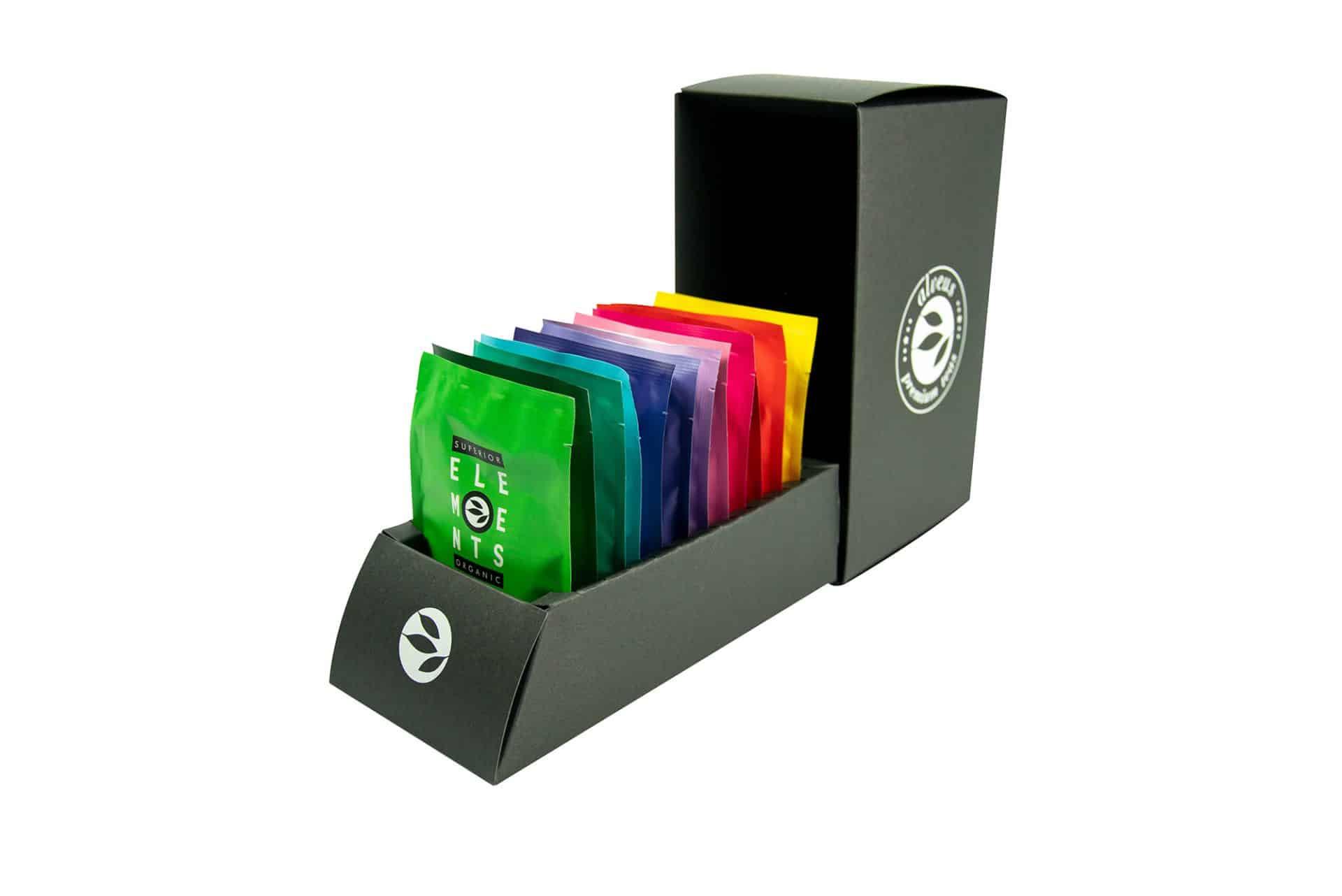alveus Envelope Giftbox Geschenkbox Tester-Box entwickelt designed und als Serienprodukt realisiert von LangeArchitekten aus schwarzer Pappe und weißem UV-Lack zum Aufklappen mit Steckplätzen für die 12 bunten alveus Elements-Teebeutel