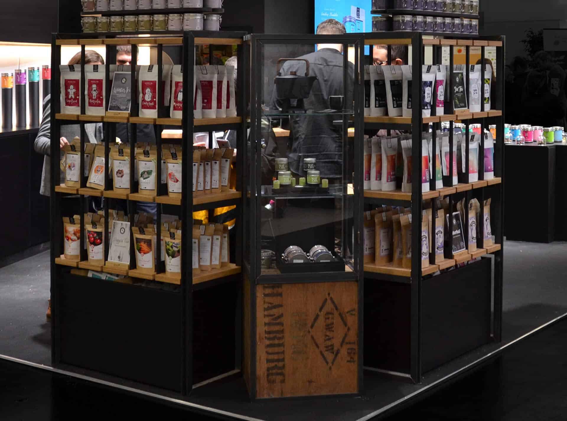 verschließbare Vitrine für wertvolles Tee-Zubehör designed aus Tee-Kisten Stahl und Glas von Lange Architekten für alveus Tea-Stores weltweit