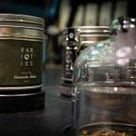 perfektes und funktionales Retail-Design und Produkt-Design von Lange Architekten im alveus Bio Tea-Store in der HafenCity mit Tester-Tresen und Displays zum Riechen und sehen der Tees und edlen Raritäten
