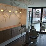 Behandlungs-Raum mit sensationellem Blick auf den Museumshafen Praxis-Design in der Zahnarztpraxis am Kaiserkai HafenCity von Dr. Christian Urselmann im ästhetischen und zeitlosen Design von Lange Architekten