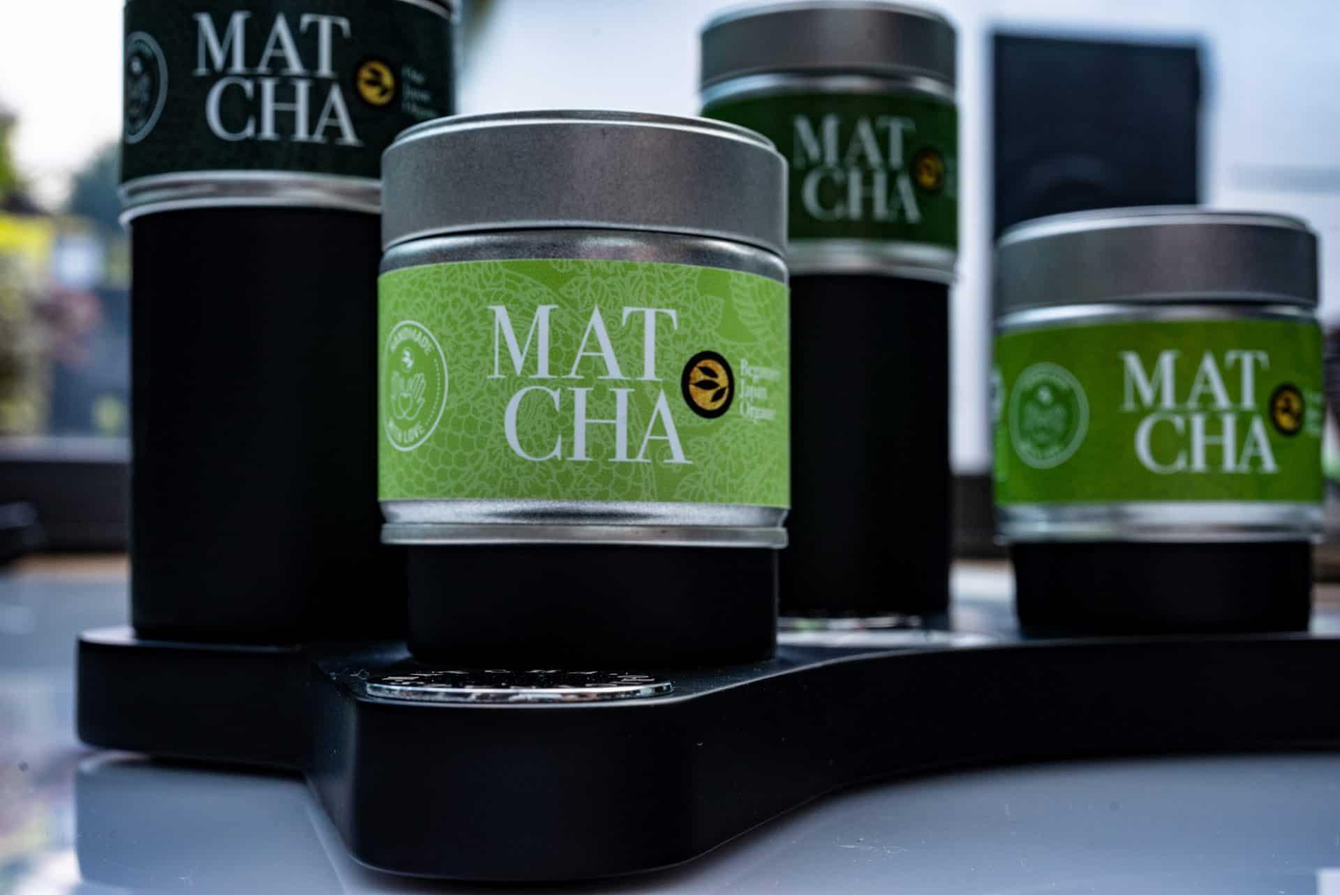 alveus Matcha Controller zur würdevollen Präsentation der 4 wertvollen Matchas von alveus mit Tester-Gläsern und silbernen Abdeck-Chips aus Metall und verschieden hohen Präsentations-Sockeln designed in Form eines Game-Controllers aus schwarzer MDF von Lange Architekten als Serien-Produkt für alveus