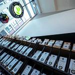 perfektes organisches und funktionales Tee Store Konzept Retail-Design Produkt-Design Corporate-Design von Lange Architekten im weißen alveus Bio-Tee Tea-Store mit Akzenten in Eichenholz und Stahl und Tea-Store-Shelf Tee-Regal Serienprodukt in der HafenCity Hamburg unweit der Elbphilharmonie