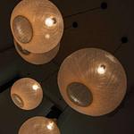 Wartebereich mit weißen Leuchten Non-Random von Moooi Praxis-Design in der Zahnarztpraxis am Kaiserkai HafenCity von Dr. Christian Urselmann im ästhetischen und zeitlosen Design von Lange Architekten