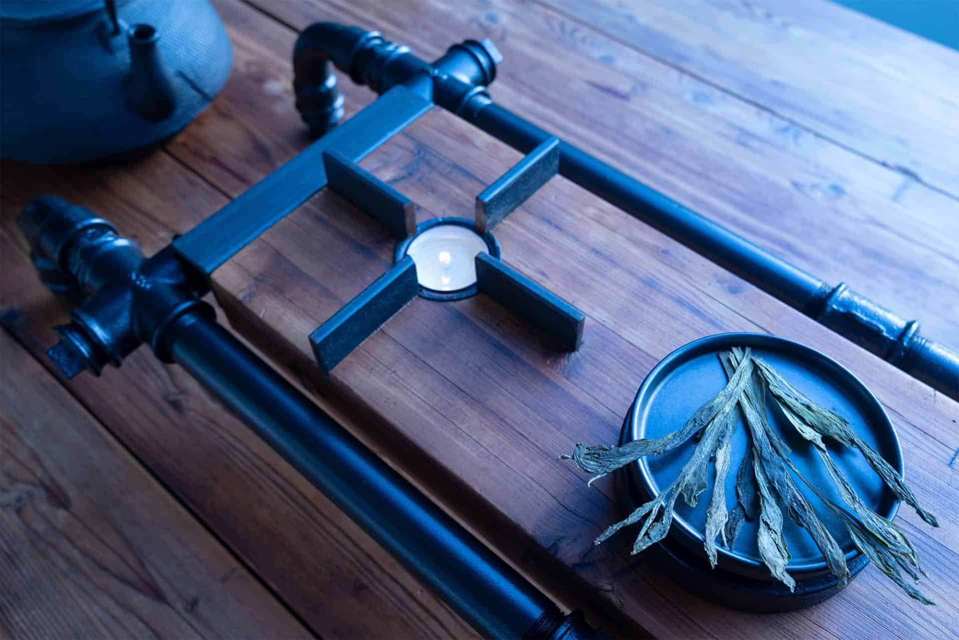 Cha-Board mit Stövchen für die perfekte Tee-Zeremonie und Genuss hochwertigster und teurer Tee-Raritäten wie Tai-Ping-Hou-Kui-Superior aus schwarzem Stahl und altem Eichenholz im Wabi-Sabi Stil designed von Lange Architekten