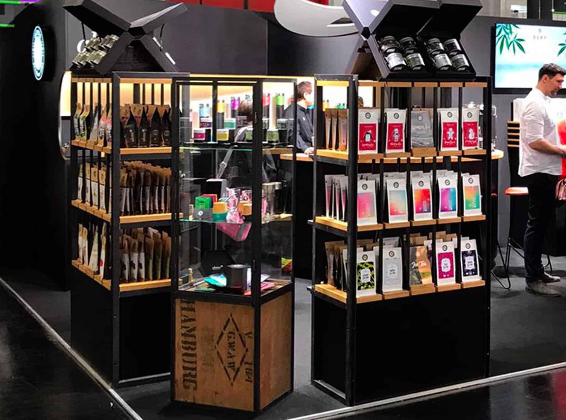 Vitrine aus recycleter Tee-Kiste Stahl und Glas als Serienprodukt für Tee-Geschäfte von alveus weltweit designed von Lange Architekten