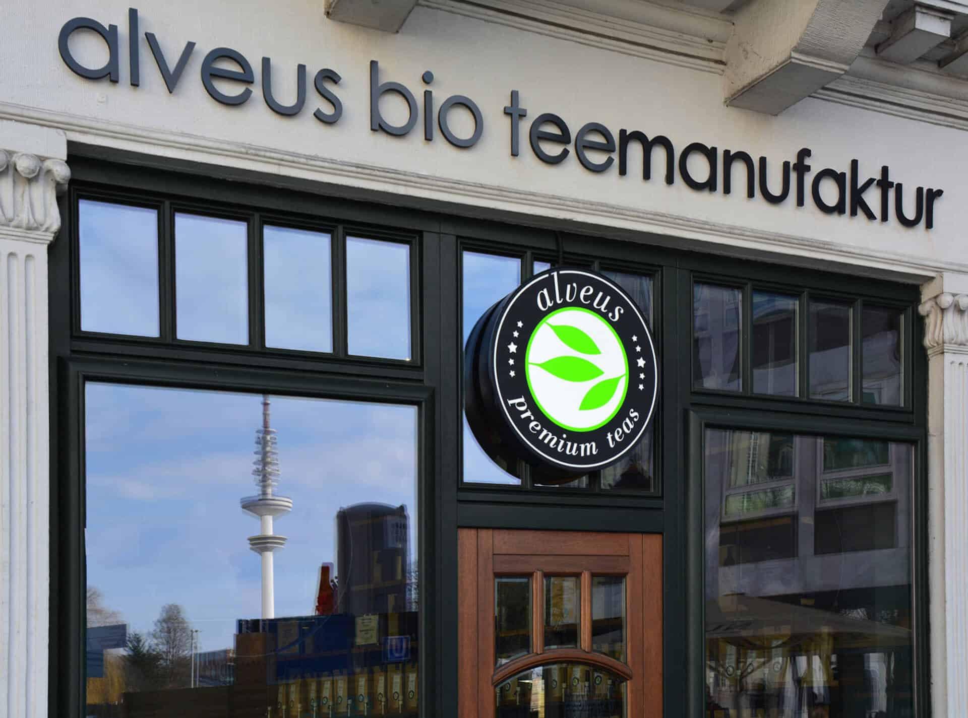 Eingangs-Situation des alveus Tea-Store Alster Colonnaden mit Logo als Leuchtschild designed und realisiert von Lange Architekten