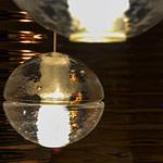 Patienten-WC Bad mit Relieffliesen mit Wellen in Kupfer Optik und Pendelleuchte Bocci 14.1 Praxis-Design in der Praxis für Ästhetische Medizin Dr. med. Eveline Urselmann Milchstrasse 26 bis 28 Hamburg Pöseldorf Rotherbaum im ästhetischen und zeitlosen Design von Lange Architekten
