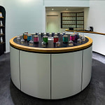 perfektes organisches und funktionales Tee Store Konzept Retail-Design Produkt-Design Corporate-Design von Lange Architekten im weißen alveus Bio-Tee Tea-Store mit Akzenten in Eichenholz und Stahl mit Probier-Tresen und Tee-Regalen in der HafenCity Hamburg unweit der Elbphilharmonie