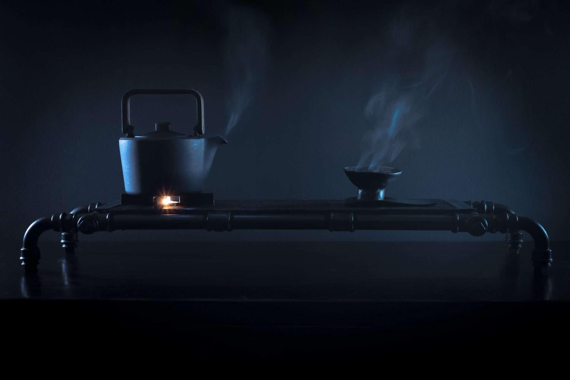 Cha-Board mit Stövchen und Kanne und Untersetzer von Cushin Kobo Masuda für die perfekte Tee-Zeremonie und Genuss hochwertigster und teurer Tee-Raritäten aus schwarzem Stahl und altem Eichenholz im Wabi-Sabi Stil designed von Lange Architekten für alveus Photo mit heißem Wasser-Dampf