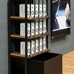 Tee-Verkaufs-Regal mit Tester-Glas-Leisten zum Riechen und Sehen des Tees und großer Aufbewahrungs Schublade Serienprodukt perfekt designed aus schwarzem Stahl und Eichenholz für alveus Tea-Stores weltweit von Lange Architekten