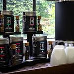 komplettes Tee-Buffet mit schwarzen Tee-Displays für alveus Elements Baredition Heißwasserspender und Tee-Menü-Karte im Menue-Display als komplette und anspruchsvolle Lösung für gehobene Gastronomie und Hotel designed von Lange Architekten als Serienprodukt für alveus-premium-teas