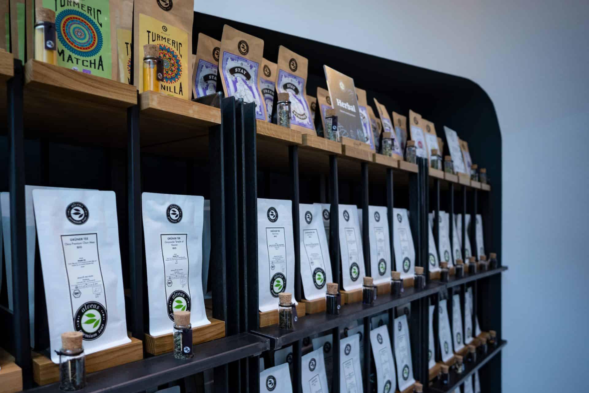 Tee-Verkaufs-Regal mit Tester-Gläsern zum Riechen und Sehen des Tees perfektes design von Lange Architekten aus Stahl und Eichenholz im alveus Tea-Store als Serienprodukt für alveus premium-teas