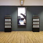 Showroom Konzept Produkt-Design Corporate-Design von Lange Architekten im zweiten Showroom von alveus premium-teas mit Akzenten in Eichenholz und Stahl Low-Budget Wabi-Sabi mit großem Besprechungstisch Tee-Regal Tea-Store-Shelf und Großformat-Photo-Bannern von Lange Architekten