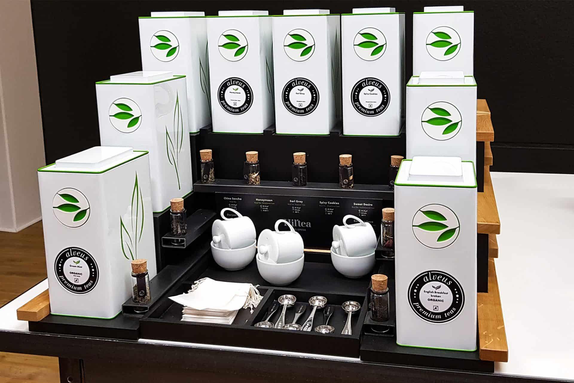 Hotel Buffet Tee-Display passend für 9 Caddies von alveus Tester-Gläser und Tee-Zubehör designed aus Stahl Eichenholz und schwarzer MDF von Lange Architekten für alveus Hil'Tea Hilton Paris Opera und Hotels und Gastronomien weltweit