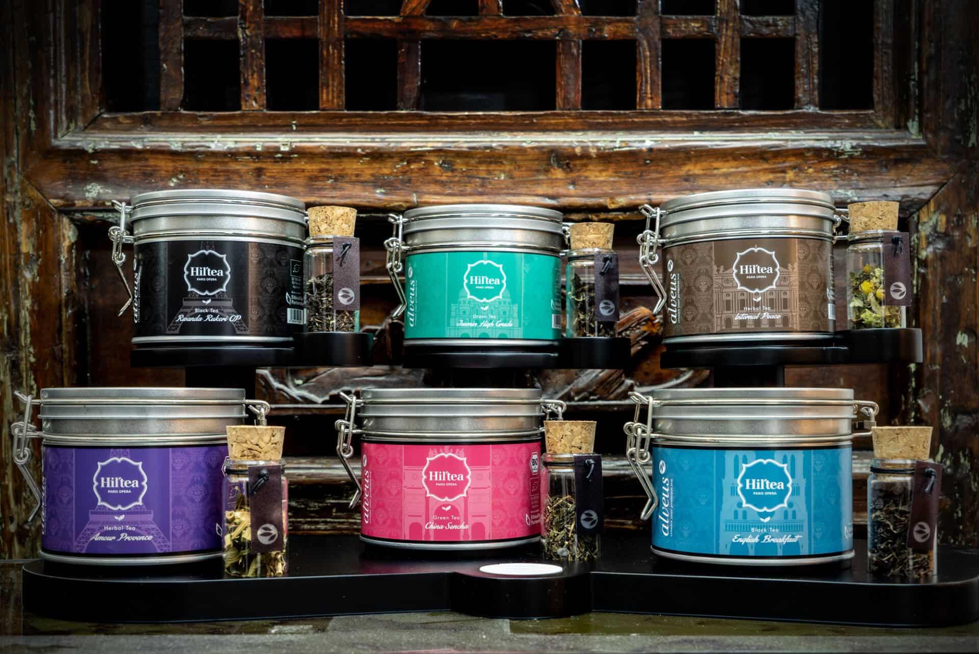 Produktdesign Hotel-Design Hamburg: schwarzes Tee-Display_Verkaufs-Display für 6 Teedosen mit 6 Tester-Gläsern zum Sehen und Riechen des Tees von Hil'Tea Hilton Opera Paris designed von Lange Architekten als Serienprodukt für alveus