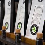Tee-Verkaufs-Regal mit Tester-Gläsern zum Riechen und Sehen des Tees perfektes design von Lange Architekten aus schwarzem Stahl und Eichenholz im alveus Tea-Store als Serienprodukt für alveus premium-teas