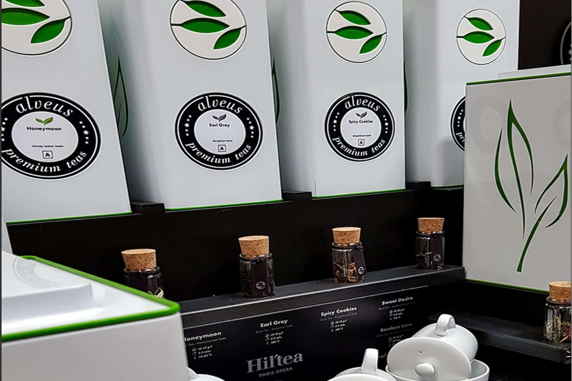 Hotel Buffet Tee-Display zum Anbieten von Tee passend für 9 Caddies von alveus Tester-Gläser und Tee-Zubehör designed aus Stahl Eichenholz und schwarzer MDF von Lange Architekten für alveus Hil'Tea Hilton Paris Opera und Hotels und Gastronomien weltweit