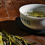 Tea_Passion_Sven-Christian Lange_Branding Photography_Tea Tasting With Green Tea Tai Ping Hou Kui With White Bowl With Blue Characters On Antique Korean Wooden Plate_Tea Ceremony