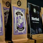 alveus Tee Regal Tea-Store-Shelf aus Eichenholz mit Tester-Glas Leisten aus schwarzem Stahl zur perfekten Verkaufs-Präsentation von Tee und abgepackten Produkten designed von Lange Architekten als Serienprodukt für alveus mit Tee-Konzept alveus herbal auf Bild