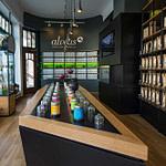perfektes und funktionales Tee Store Konzept Retail-Design Produkt-Design Corporate-Design von Lange Architekten im ersten alveus Bio-Tee Tea-Store Alster mit Akzenten in Eichenholz und Stahl mit Probier-Tresen und Tee-Regalen mit Tester-Gläsern in den Colonnaden Hamburg