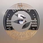 alveus Menue Display Schwarzes alveus Menue Display in der BarEdition mit Tee-Menü-Karte zu den alveus Elements. Mit Halterung für Teebeutel als Eye-Catcher zum Anbieten von Tee an der Bar, am Buffet, im Hotelzimmer oder bei Tea To-Go-Lösungen designed aus schwarzer MDF von Lange Architekten für alveus Bio-Tee in Hotels und Gastronomien weltweit designed by Lange Architekten www.langearchitekten.de Best Hotel Design 2021