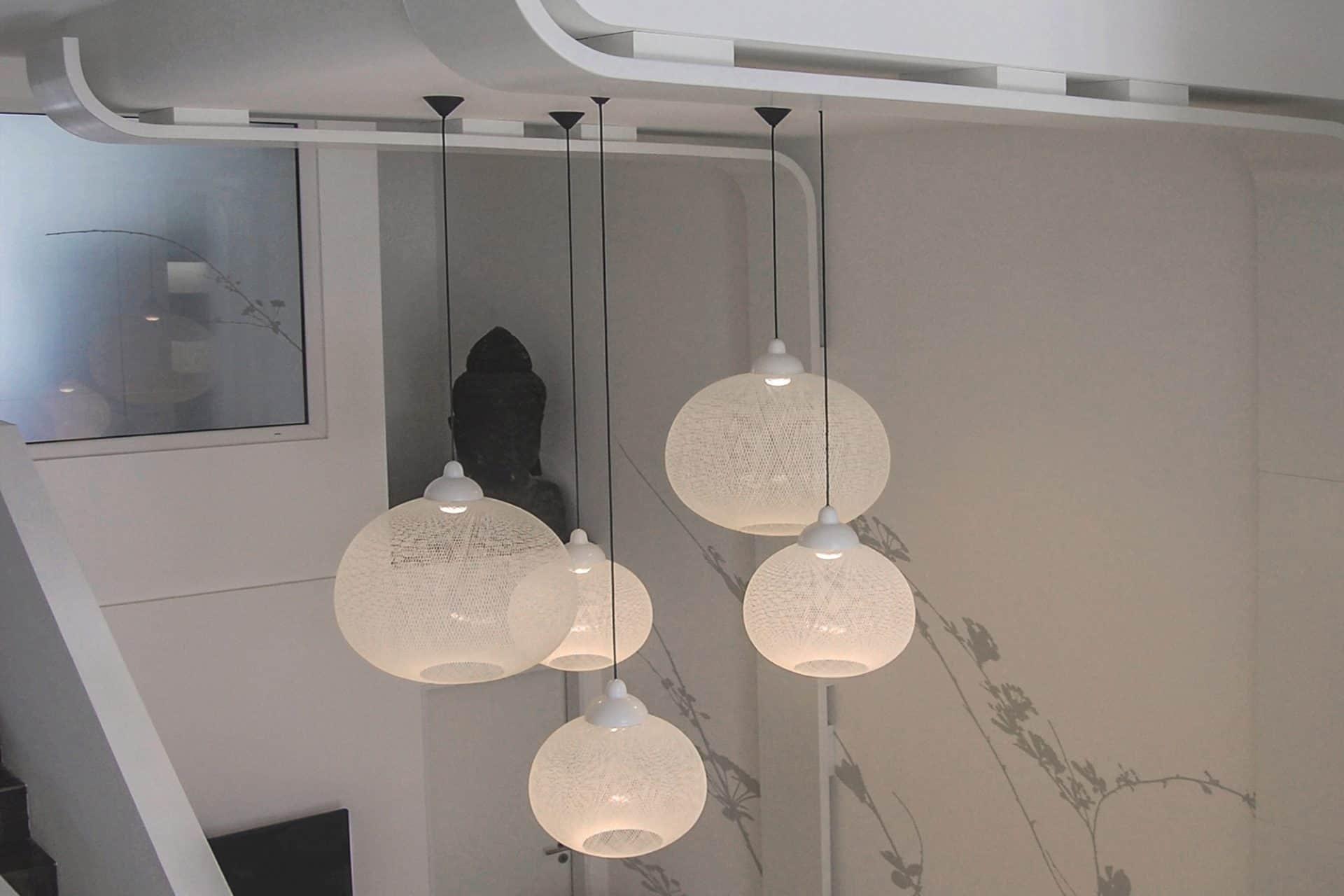 Wartebereich mit weißen Leuchten Non-Random von Moooi und Formholz-Elementen Praxis-Design in der Zahnarztpraxis am Kaiserkai HafenCity von Dr. Christian Urselmann im ästhetischen und zeitlosen Design von Lange Architekten