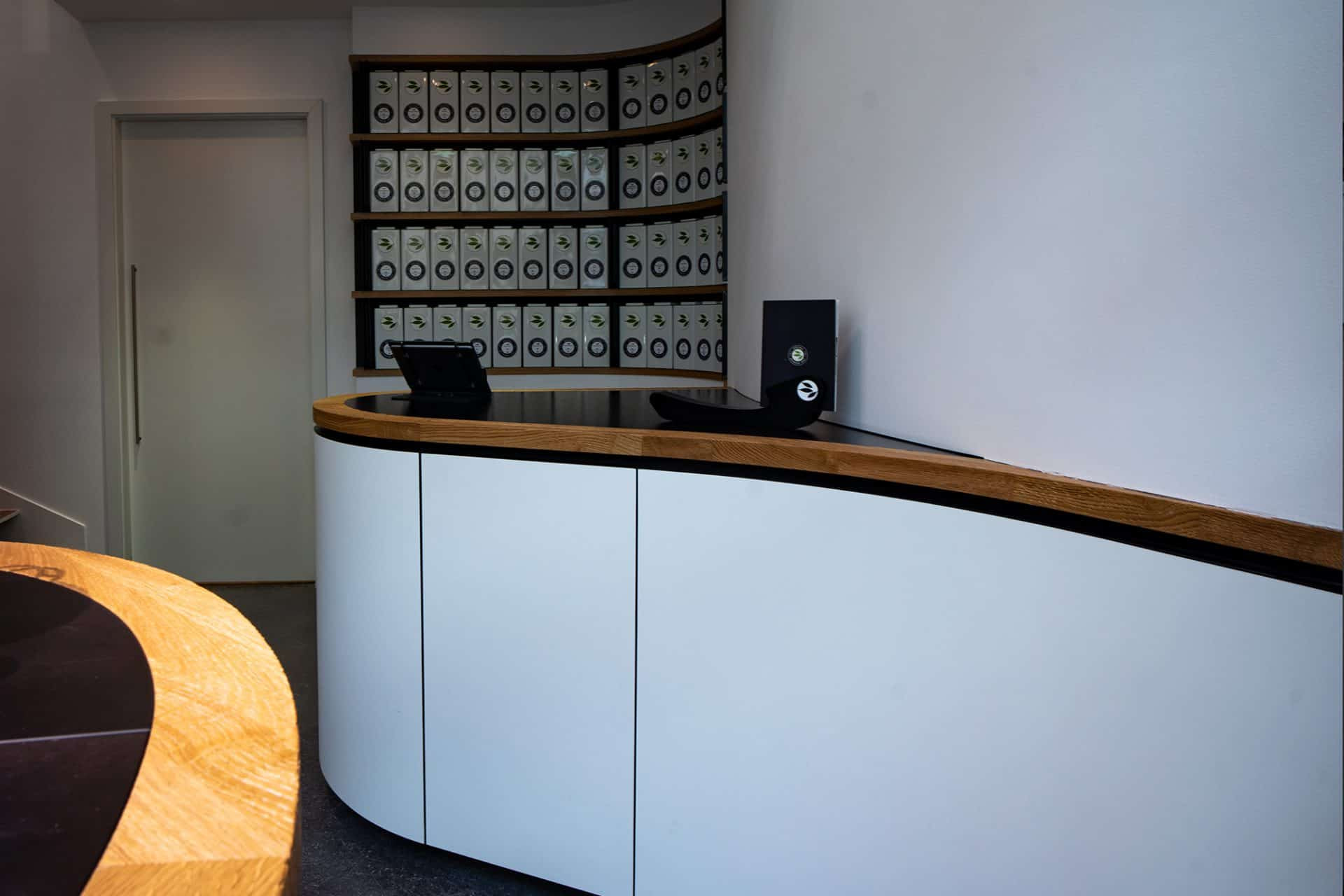 perfektes organisches und funktionales Tee Store Konzept Retail-Design Produkt-Design Corporate-Design von Lange Architekten im weißen alveus Bio-Tee Tea-Store mit Akzenten in Eichenholz und Stahl in der HafenCity Hamburg unweit der Elbphilharmonie