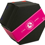 alveus Gimmick Giftbox Geschenkbox Tester-Box entwickelt designed und als Serienprodukt realisiert von LangeArchitekten aus schwarzer Pappe geschlossen mit pinkfarbener Banderole und als Inhalt 12 bunten alveus Elements-Teebeuteln und einem alveus-Doppelwandglas in der Mitte