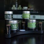 alveus Matcha Controller zur würdevollen Präsentation der 4 wertvollen Matchas im alveus Tea-Store mit Tester-Gläsern und Abdeckkappen und verschieden hohen Präsentations-Sockeln designed in Form eines Game-Controllers aus schwarzer MDF von Lange Architekten als Serien-Produkt für alveus